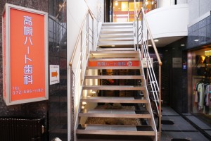 階段で2階までお越しください